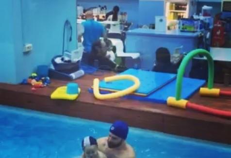 Ο περήφανος μπαμπάς @djdiodoro εκτελεί με τον υπέροχο μπόμπιρα του ασκήσεις ισορροπίας.. και όπως μπορείτε να δείτε και εσείς.. ήταν εξαιρετικοί και οι 2 τους😍😍😍 #χελωνάκια #babyswimming #μωράστονερό #babiesinthewater #babies #happybabies